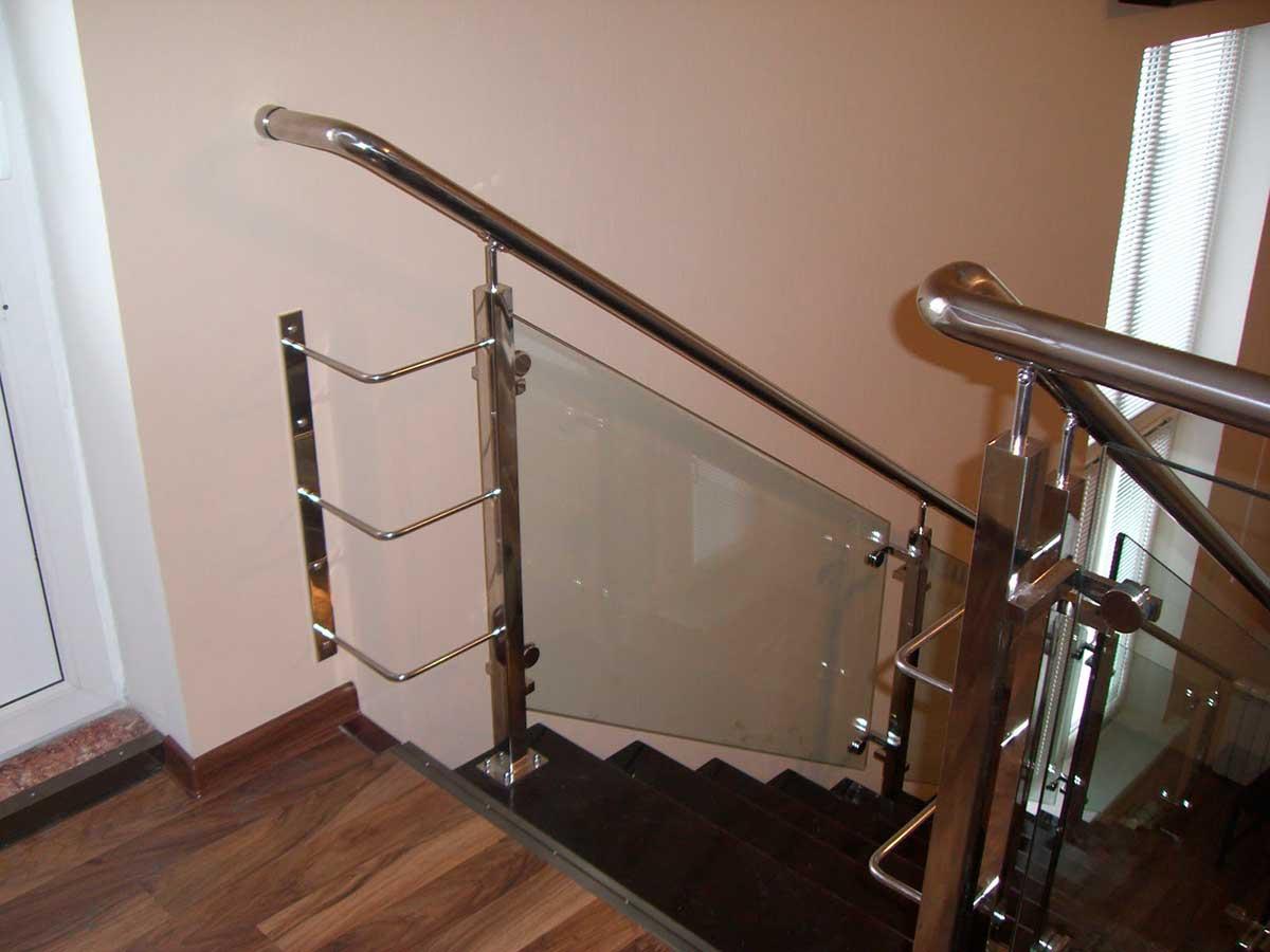 Современное лестничное ограждение с элементами стекла и нержавейки